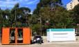 Bicletário e o container na Praça dos Arcos, que recebe cozinha compartilhada.