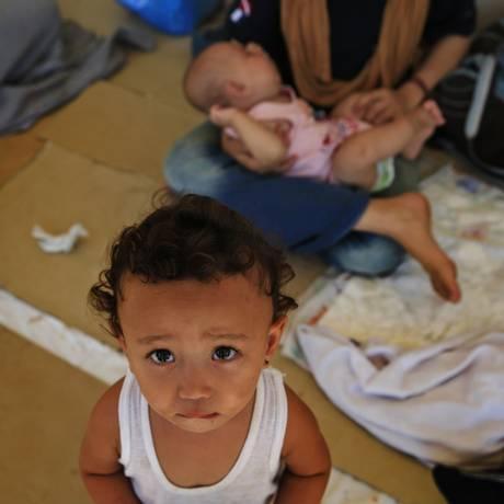 Crianças afegãs esperam refúgio em ilha grega: crise só aumenta Foto: Lefteris Pitarakis / AP