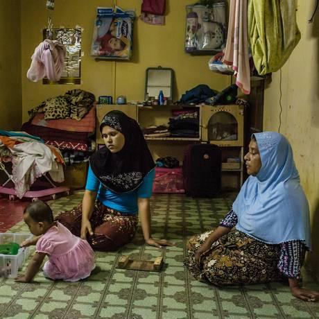 Ambiya Khatu (centro) se casou com um homem que pagou por sua liberdade a traficantes na Tailândia. Foto: MAURICIO LIMA / NYT