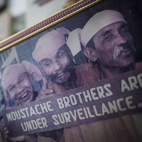 Foto dos 'Irmãos Bigode', conhecidos por suas sátiras políticas Foto: MATHIEU WILLCOCKS / NYT