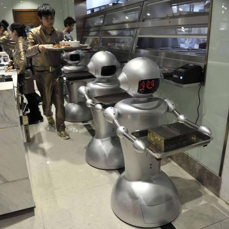 Restaurante inaugurado ano passado na China tem entre os funcionários 30 robôs que cozinham, entregam pedidos e dão boas vindas aos clientes Foto: JIANAN YU / REUTERS