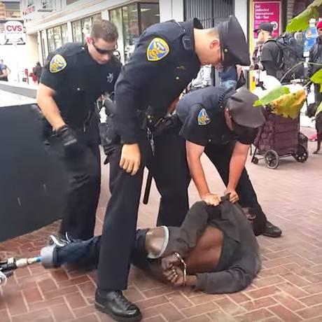 Grupo de agentes tentava conter homem negro sem perna Foto: Reprodução