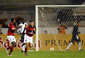 Obina e Luizão marcaram os gols da vitória do Flamengo na primeira partida da final de 2006 contra o Vasco Foto: Guilherme Pinto