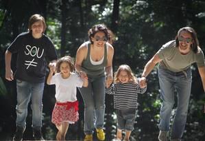 Sabrina Bitencurt com o marido e os filhos Gabriel, e 12 anos, e Raquel, de 5 Foto: Marcos Alves / Agência O Globo