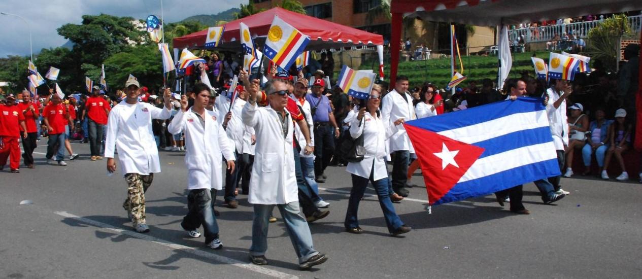 Profissionais cubanos fazem passeata para comemorar Dia do Médico em La Guaira, Venezuela: crise política e econômica no país leva a aumento na deserção e na fuga para países vizinhos Foto: RAFAEL MORENO / EL NACIONAL/10-03-2009