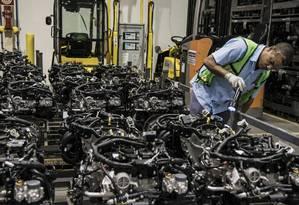 Trabalhador inspeciona a elementos da linha de produção da Ford em Camaçari Foto: Paulo Fridman / Bloomberg News/27-7-2015