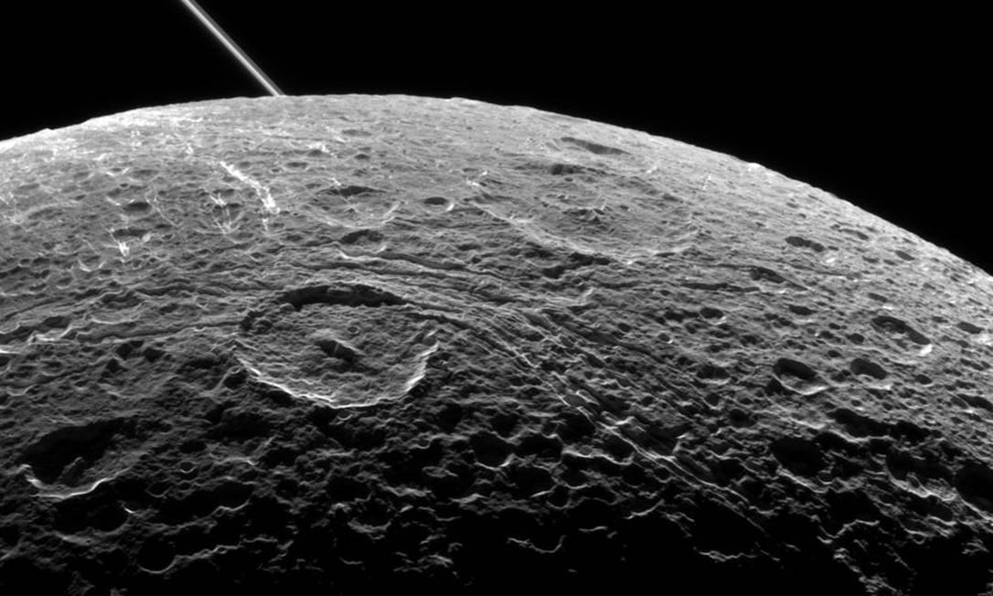 A superfície de Dione fotografada por Cassini Foto: Divulgação/Nasa