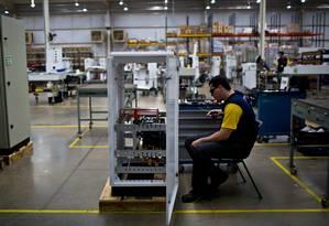 Trabalhador em fábrica de geradores em Itumbiara Foto: Dado Galdieri/29-4-2015 / Bloomberg News
