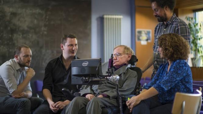 Professor Stephen Hawking com a equipe que trabalha no ACAT: Steven Spencer e Joe Osbourne, da SwiftKey; Jonathan Wood, assistente pessoal de Hawking; e Lama Nachman, da Intel Foto: A. Pattenden / Divulgação