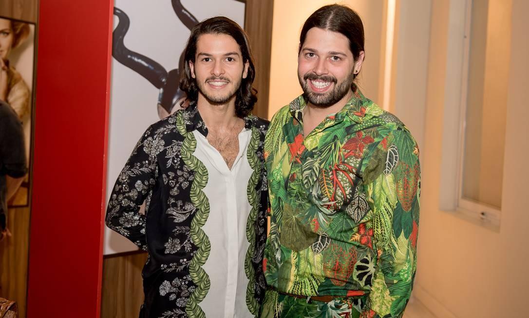 O casal Thomaz Azulay (à direita) e Patrick Doering, da grife The Paradise Foto: Divulgação
