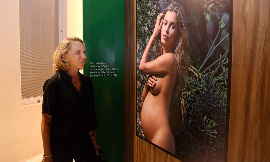 A estilista Lenny Niemeyer ao lado da foto de Grazi Massafera Marcos Ramos / Agência O Globo