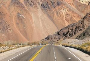 Pela estrada: entre Mendoza e Santiago, trecho da Rodovia Pan-americana Foto: Juarez Becoza / O Globo