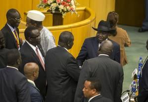 O ex-vice e atual líder rebelde, Riek Machar, cumprimenta o presidente Salva Kiir em conversas na Etiópia Foto: Mulugeta Ayene / AP