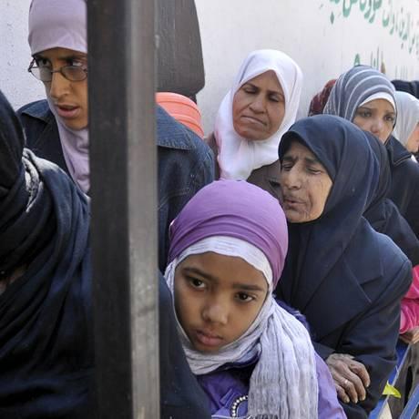 Refugiados e encurralados, palestinos esperam ajuda humanitária em Yarmouk Foto: Moayad Zaghmout / Reuters