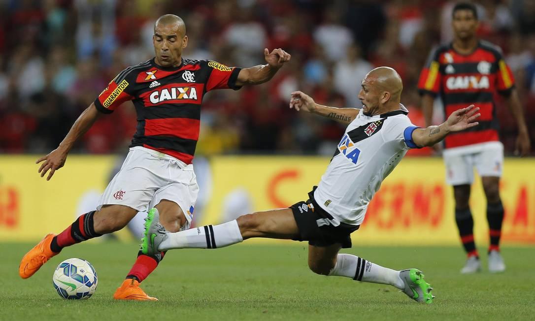Emerson tenta o chute, marcado por Guiñazú Alexandre Cassiano / Agência O Globo