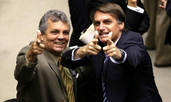 Integrantes da bancada da bala, Alberto Fraga e Bolsonaro simulam tiros durante a votação Foto: Ailton de Freitas / Ailton de Freitas
