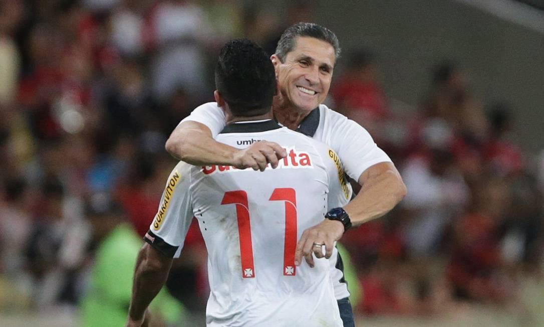 O tecnico Jorginho, em sua primeira partida como tecnico do Vasco nesta temporada, comemmora com Jorge Henrique o gol que deu a vitoria a seu time Márcio Alves / Agência O Globo