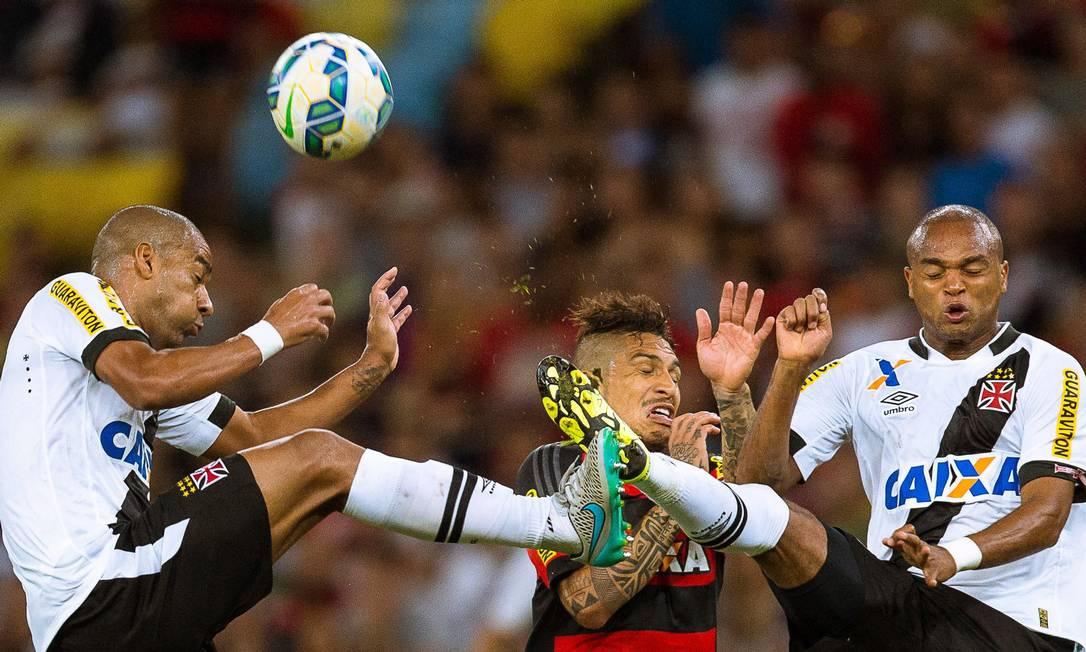 Rodrigo e Anderson Salles disputam a bola com Guerrero Daniel Marenco / Agência O Globo