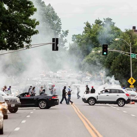 A polícia usou fumaça para tentar dispersar manifestantes em St. Louis Foto: Stringer / Reuters