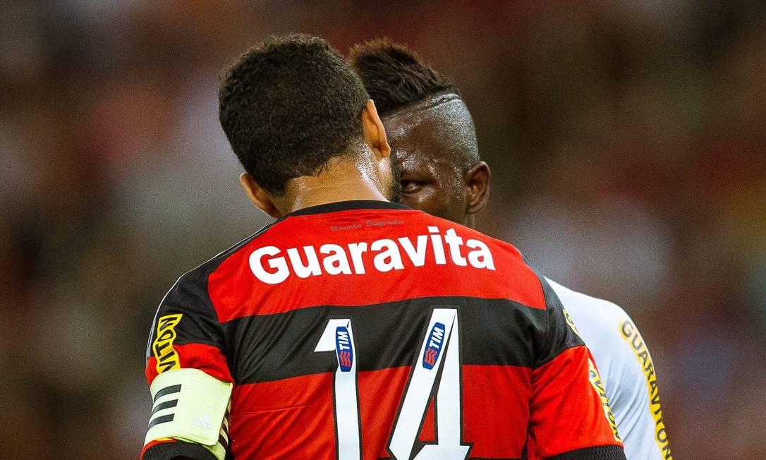 O bate-boca entre Wallace e Riascos. Ambos levaram cartão Daniel Marenco / Agência O Globo