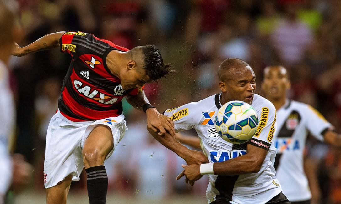 Disputa de bola Daniel Marenco / Agência O Globo