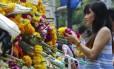 Tailandeses prestam homenagens às vitimas de atentado ao santuário Erawan em Bangcoc