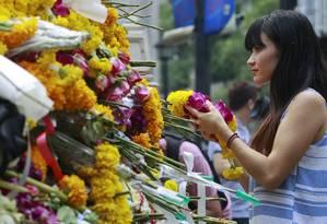 Tailandeses prestam homenagens às vitimas de atentado ao santuário Erawan em Bangcoc Foto: CHAIWAT SUBPRASOM / REUTERS