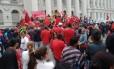 Manifestantes reunidos em Curitiba