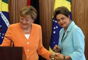Dilma e chanceler da Alemanha, Angela Merkel, durante coletiva à imprensa no Palácio do Planalto Foto: Givaldo Barbosa / Agência O Globo