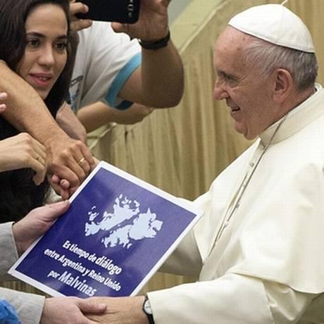 Durante as audiências, o Papa é frequentemente aclamados pelos fiéis com presentes e pedidos de fotos Foto: AP