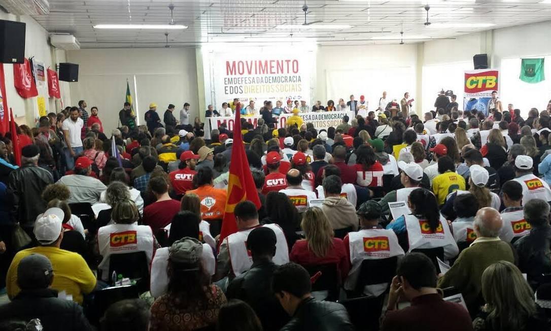 Em Porto Alegre, ato pró-governo desta quinta-feira reúne membros de movimentos sociais e da Central dos Trabalhadores e Trabalhadoras do Brasil (CTB). Foto: Flavio Ilha / O Globo