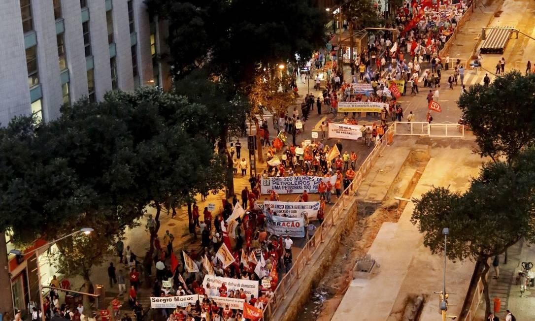 Manifestação a favor do governo Dilma ocupou a Avenida Rio Branco, no centro do Rio, na tarde desta quinta-feira. Foto: Marcelo Piu / Agência O Globo