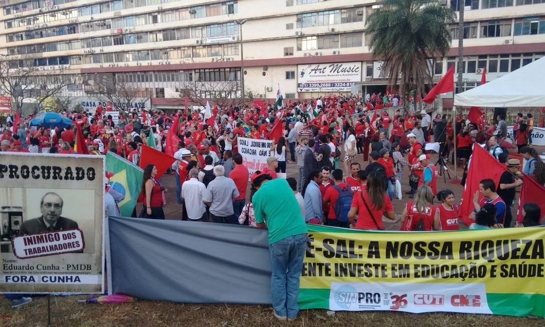 Militantes, na maioria vestidos de vermelho, se reúnem na região central de Brasília para manifestação em defesa da presidente Dilma Rousseff. Foto: Agência O Globo