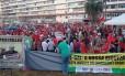 Militantes, na maioria vestidos de vermelho, se reúnem na região central de Brasília para manifestação em defesa da presidente Dilma Rousseff.