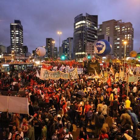 Ato contra Cunha e a política econômica e em apoio à democracia reúne movimentos sociais no Largo da Batata Foto: Marcos Alves / Agência O Globo