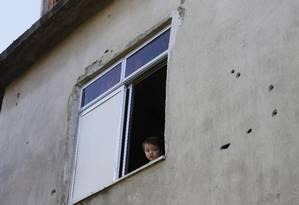 Rotina de tiroteio deixa moradores do complexo do Alemão em eterma insegurança .marcas de tiros em vários lugares Foto: Domingos Peixoto / Fotos de Domingos Peixoto