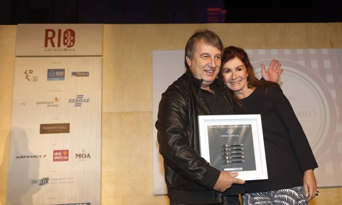 Roland Villard foi homenageado com o prêmio especial e recebeu os garfinhos da crítica de gastronomia Luciana Fróes. Foto: Fabio Rossi / O Globo