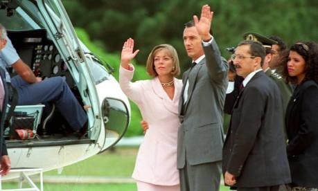 Adeus. Collor, afastado pelo Congresso, e a mulher Rosane acenam antes de embarcar no helicóptero no Palácio do Planalto Foto: Ricardo Stuckert 02/10/1992 / Agência O Globo