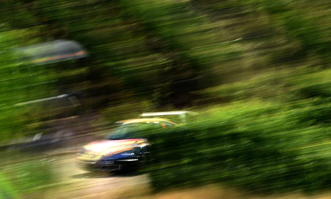 Piloto cruza um vinhedo durante a etapa alemã do campeonato mundial de Rally de velocidade da FIA PATRIK STOLLARZ / AFP
