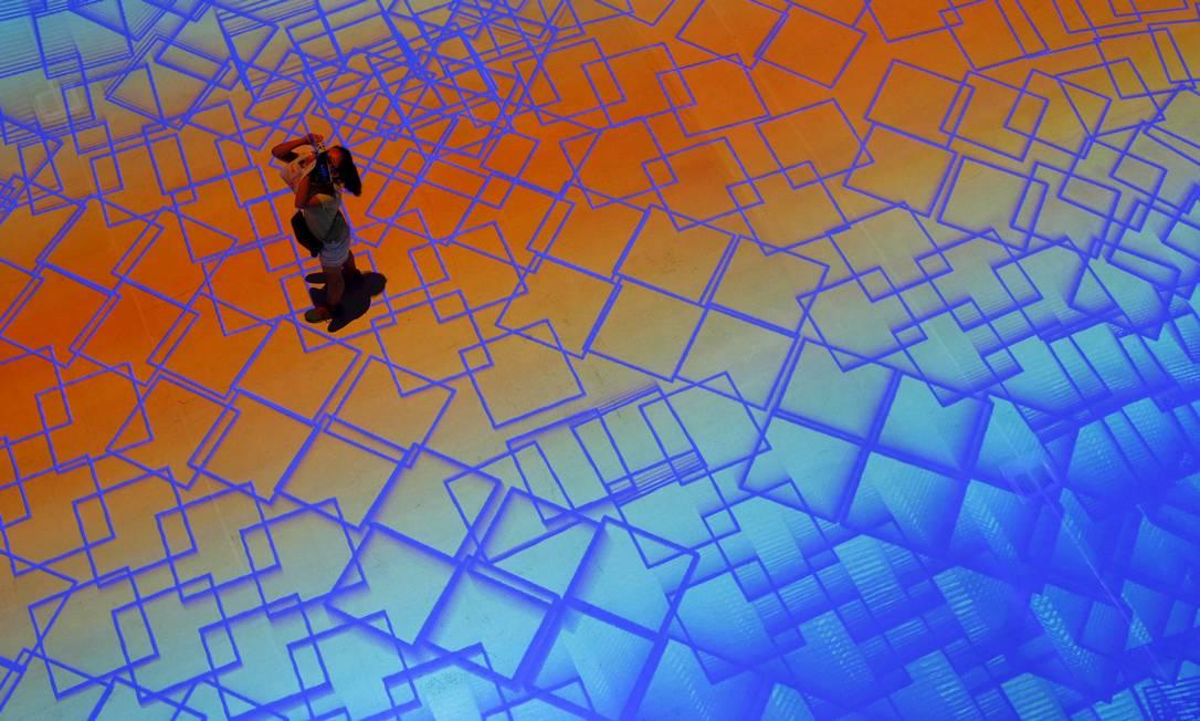 """Imagens de arte digital provocam a interação do público no """"Pixel Wave 2015"""" uma instalação virtual de France Miguel Chevalier e dos designers locais Carolyn Kan and Depression durante o Singapore Night Festival no Singapore Design Center, em Cingapura EDGAR SU / REUTERS"""