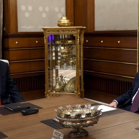Presidente Tayyip Erdogan e primeiro-ministro Ahmet Davutoglu se reúnem no palácio Presidencial em Ancara Foto: HANDOUT / REUTERS