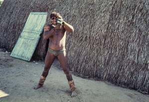 Índio com filmadora do antropólogo em aldeia yawalapíti no Alto Xingu, em 1976. Foto: Divulgação/Eduardo Viveiros de Castro