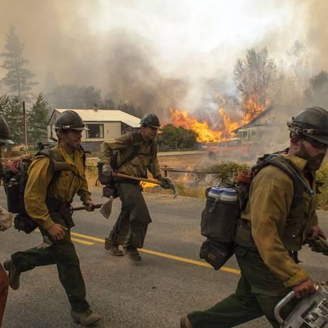 Bombeiros combatem incêndios perto da cidade Twisp, no estado de Washington Foto: DAVID RYDER / REUTERS