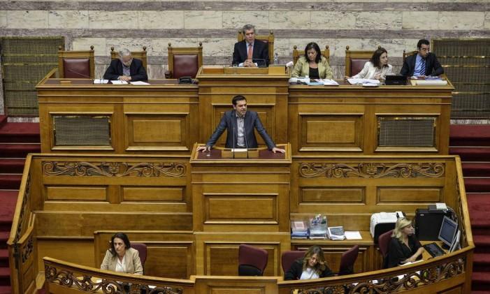 Pacote ajuda a Grécia a respirar, mas a contenção de gastos permanece Foto: ANDREAS SOLARO / AFP