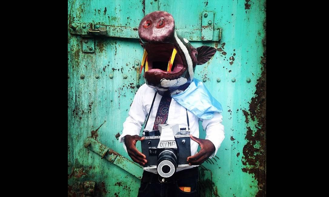 Imagem integrante do Everyday Latin America, um dos perfis do Instagram do projeto Everyday Everywhere. Um jovem usa uma máscara de papel-machê no carnaval de Jacmel, no Haiti. Foto: Marie Arago/Everyday Latin Ameri / .