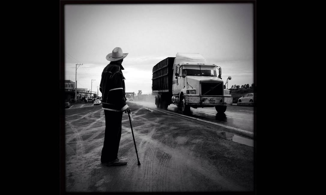 Imagem integrante do Everyday Latin America, um dos perfis do projeto Everyday Everywhere. Lavino Tolentino, de 90 anos, esperava sua condução para casa no meio da estrada do Vale do Mezquital, no México. Foto: Janet Jarman/ Everyday Latin Ame / .