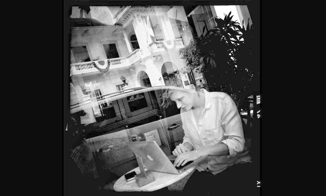 Imagem integrante do Everyday Latin America, um dos perfis do Instagram do projeto Everyday Everywhere. Uma turista usa seu computador em um café da Cidade Antiga do Panamá, foto de Carlos Agrazal. Foto: Carlos Agrazal/Everyday Latin Am / .