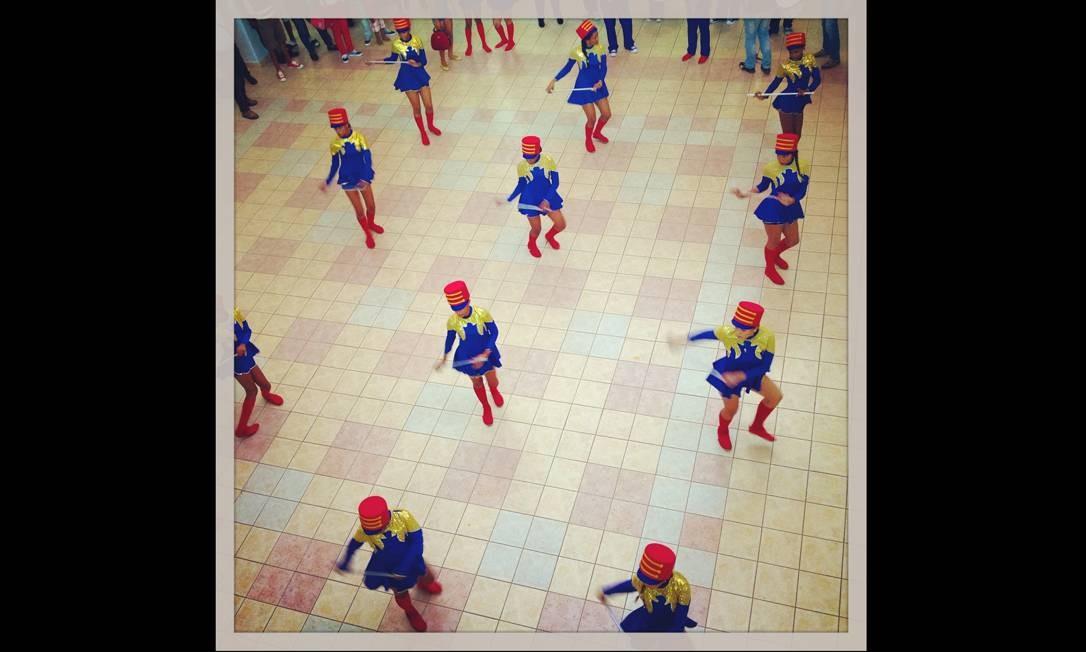 Imagem integrante do Everyday Latin America, um dos perfis do projeto Everyday Everywhere. Dançarinas saúdam passageiros no aeroporto de Santo Domingo. Foto: Tatiana Fernandez/everyday Latin / .