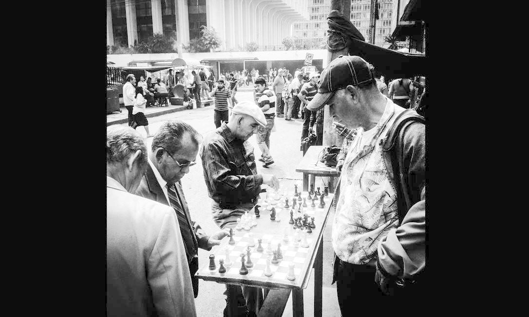 Imagem integrante do Everyday Latin America, um dos perfis do projeto Everyday Everywhere. Pessoas jogam xadrez nas ruas do Centro Histórico da Cidade da Guatemala. Foto: Saul Martinez/Everyday Latin Ame / .