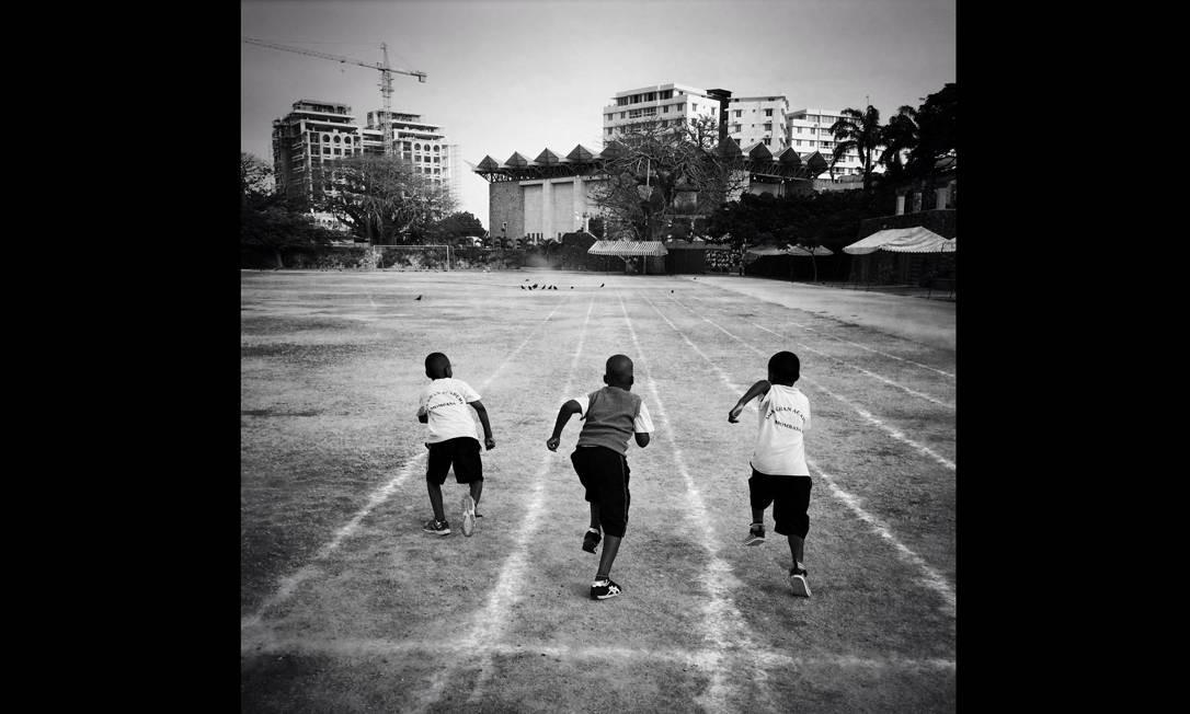 Imagem integrante do Everyday Africa, um dos perfis do projeto Everyday Everywhere. Tres estudantes apostam corrida a caminho da escola, no Quênia Foto: Austin Merrill/Everyday Africa / .